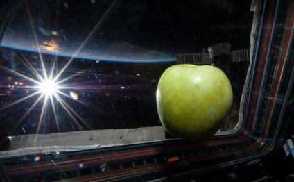 11. Свежее яблоко парит в